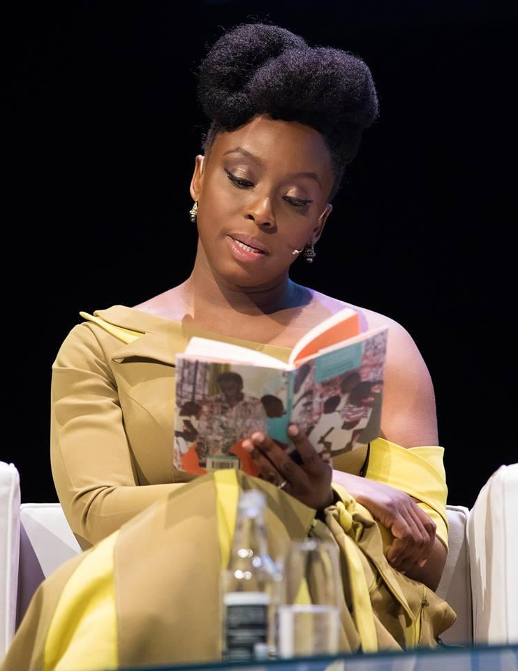 escritora chimamanda adichie lê livros em uma palestra