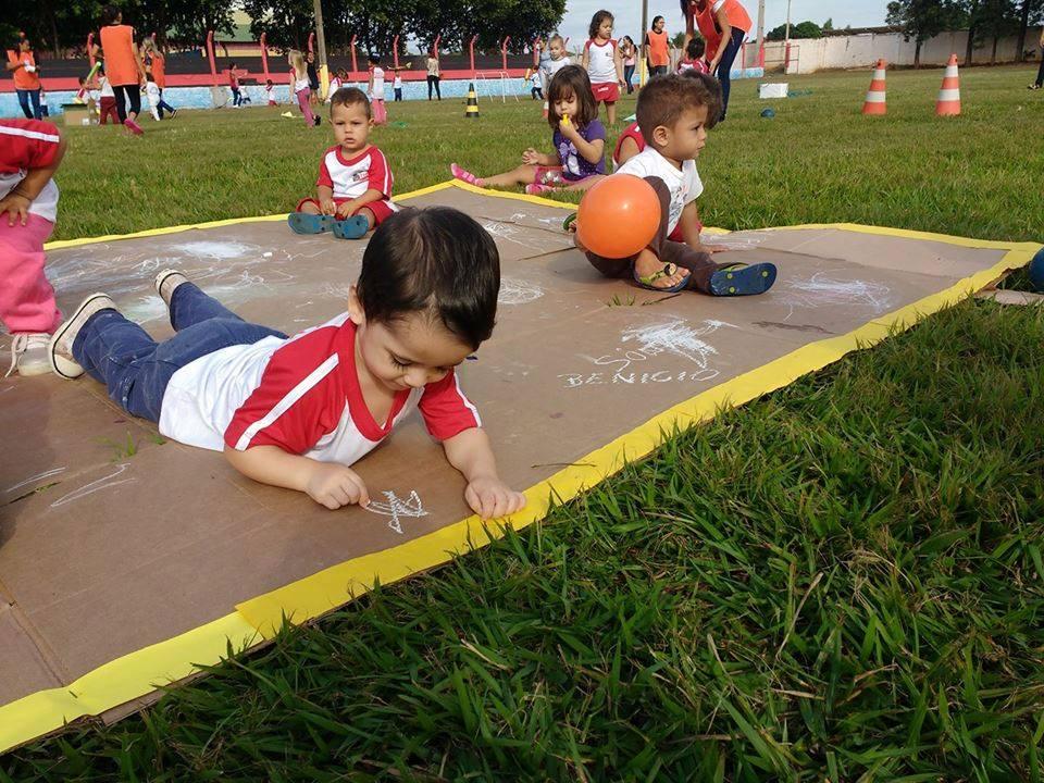 meninos brincam em espaço na natureza em pauliceia