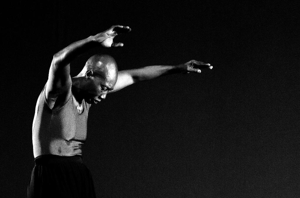 dançarina germaine acogny dança contra um fundo preto
