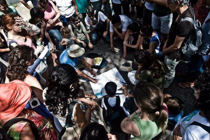 pessoas se reúnem para ver o mapa rios e ruas