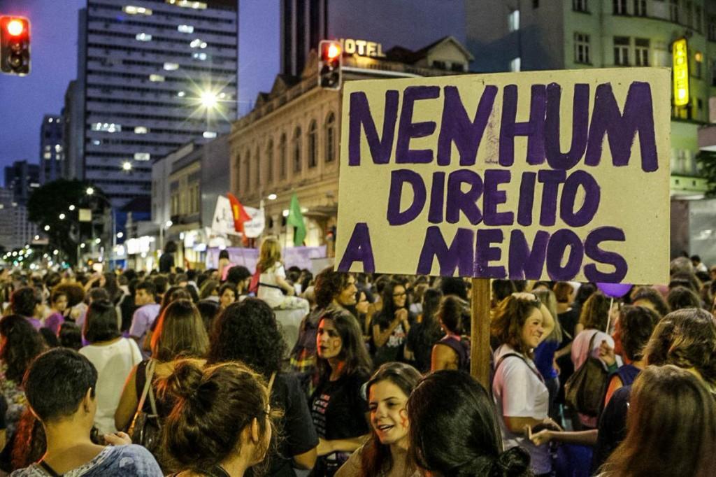 jovens protestam no centro de curitiba
