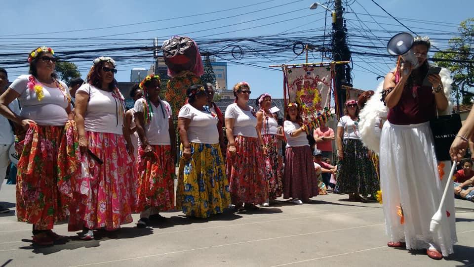 grupo de dança toma as ruas