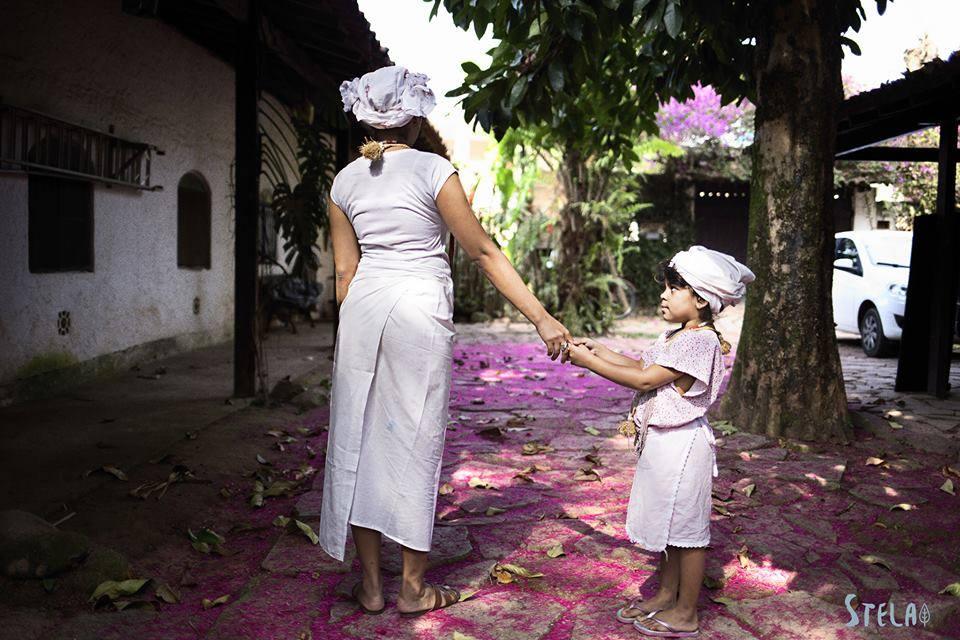 mãe e criança em um terreiro de candomblé