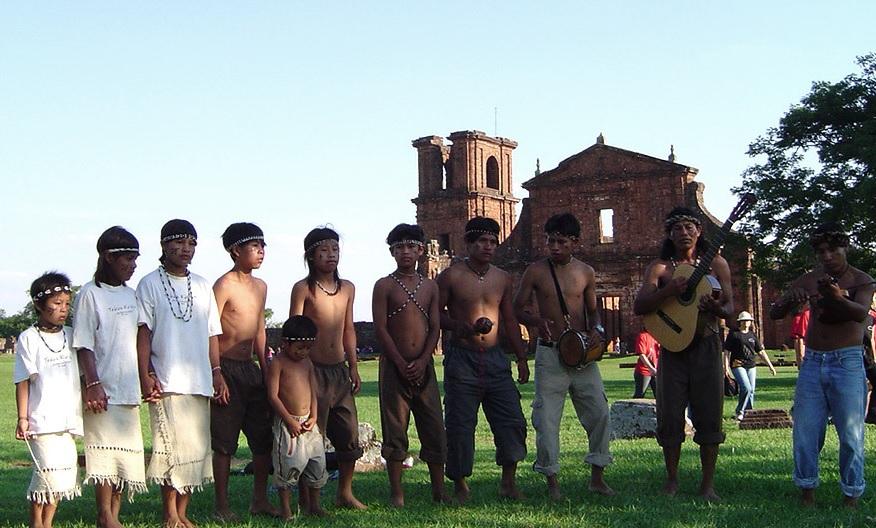 grupo indígena guarani na frente das ruínas