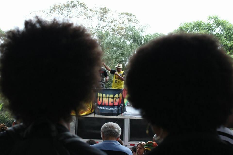 duas mulheres negras olham carro na 14ª marcha da consciência negra