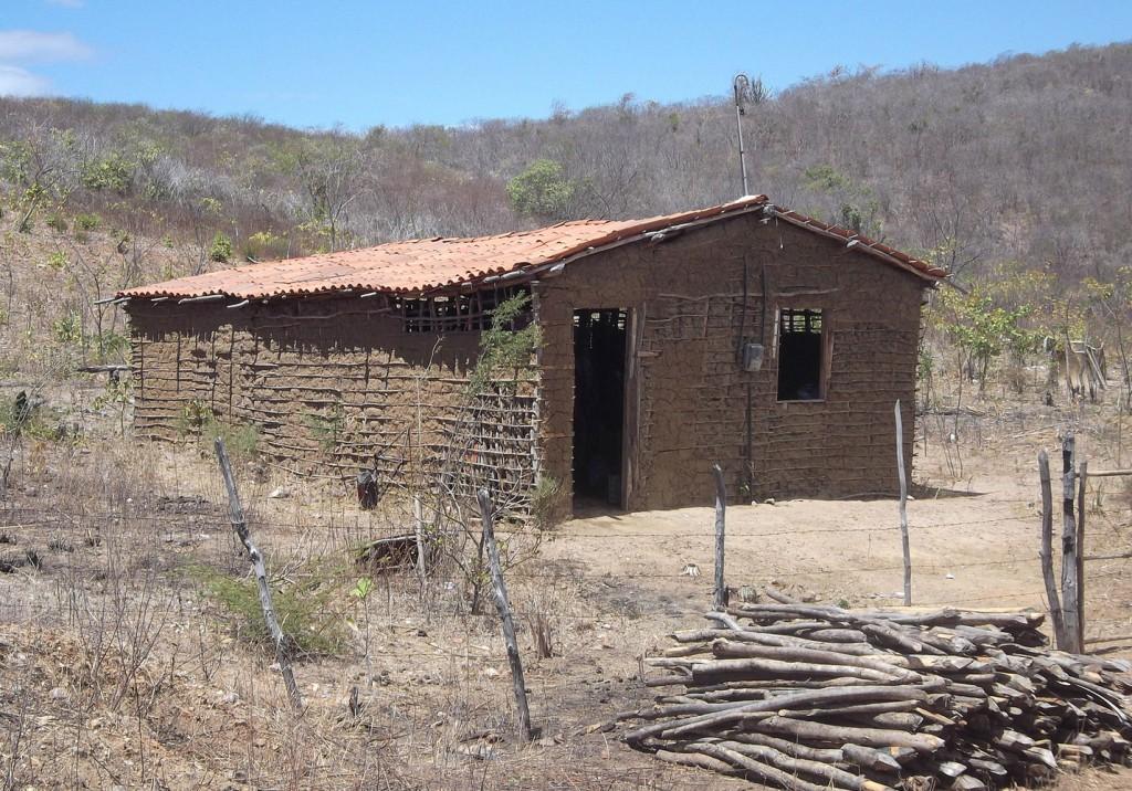 casa da taipa de pilão no meio do sertão do ceará