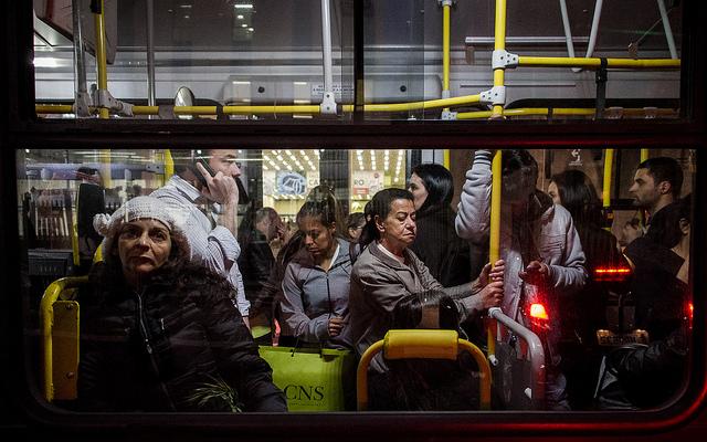 pessoas dentro do ônibus