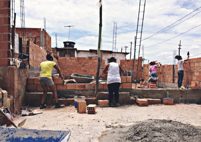 Projeto 'Arquitetura na Periferia' ensina mulheres a construir suas casas