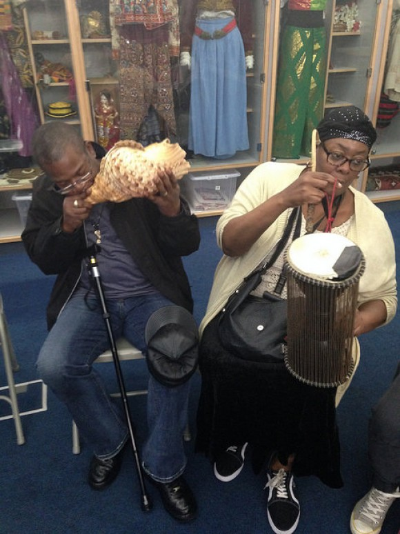 casal toca instrumentos dentro do horniman museum & gardens