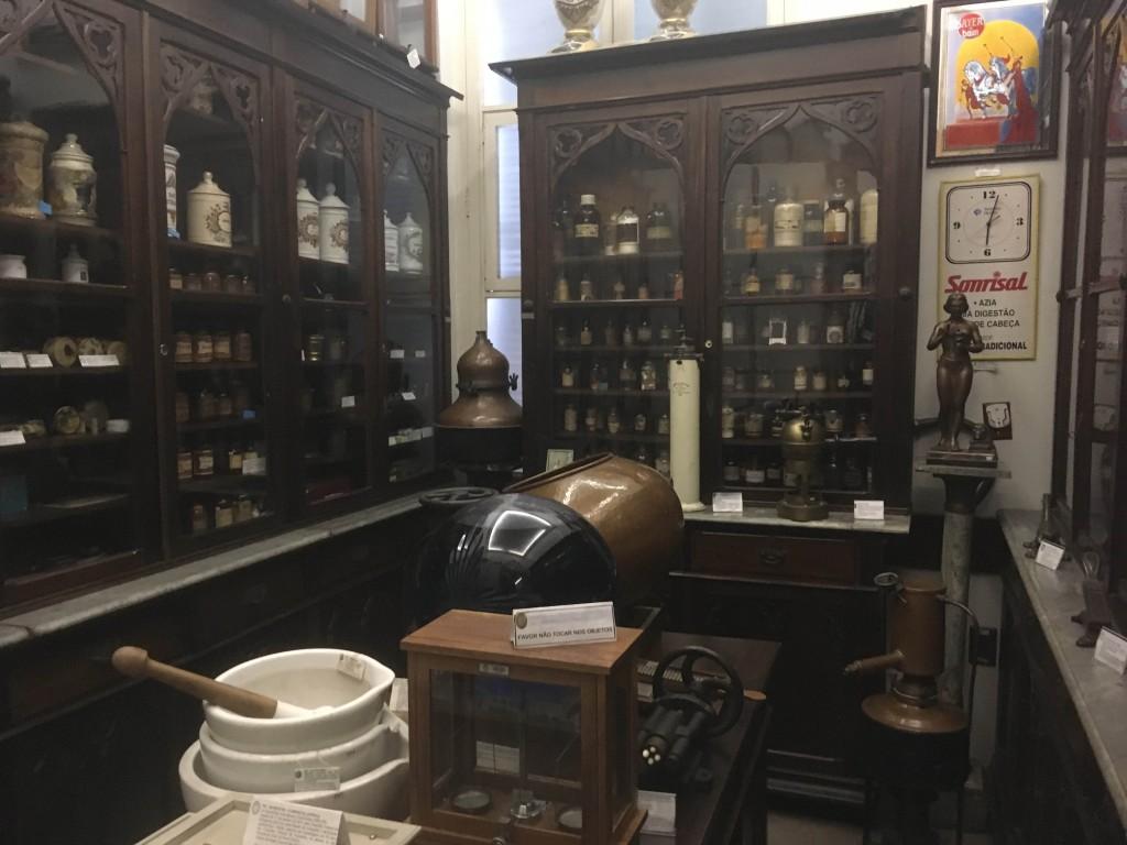 interior do museu cheio de frascos e prateleiras