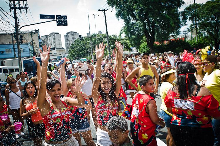 bloco de carnaval no bairro do cambuci em são paulo