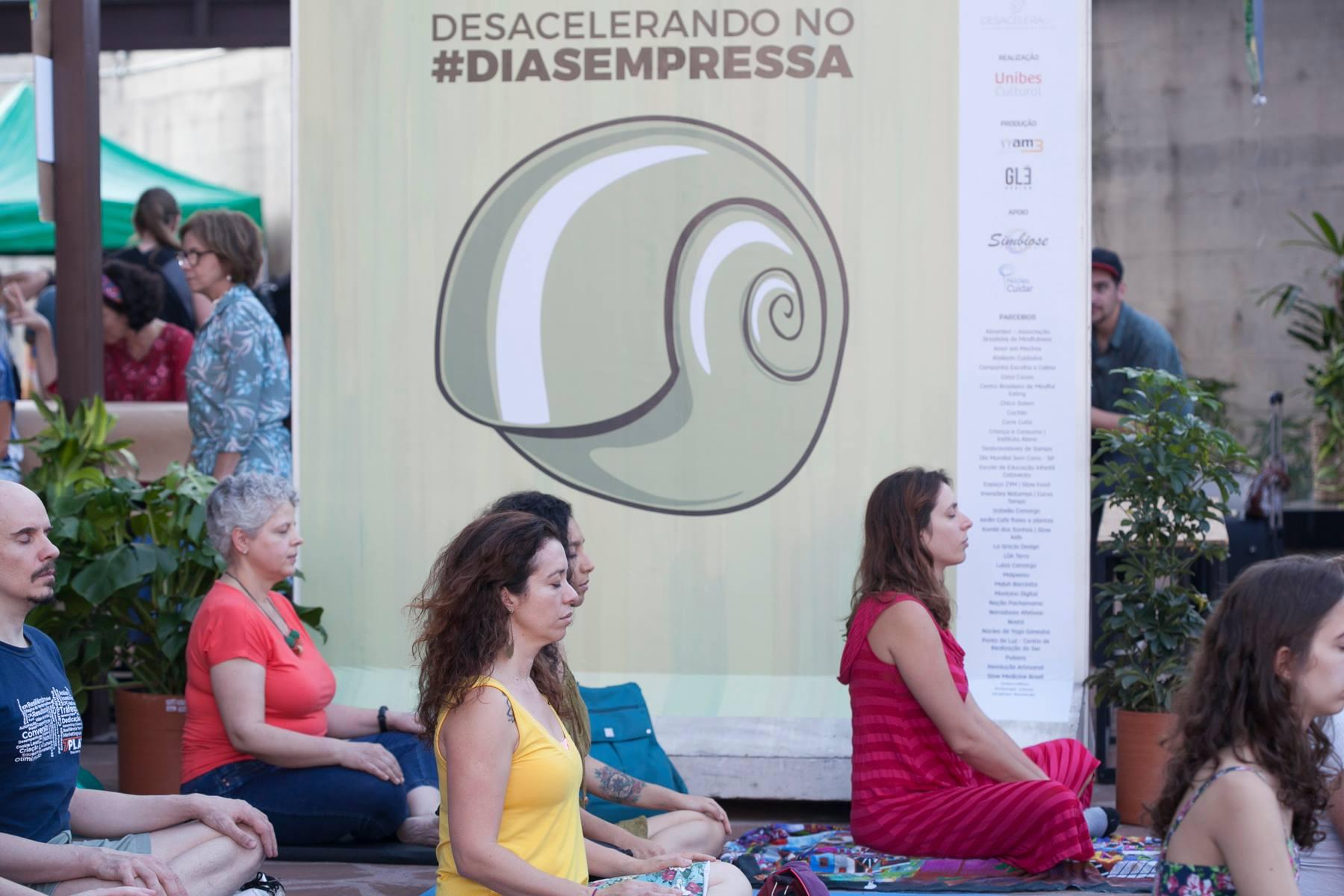 pessoas meditam no dia sem pressa