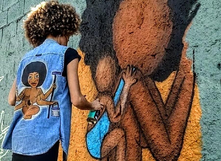índia grafitando o muro