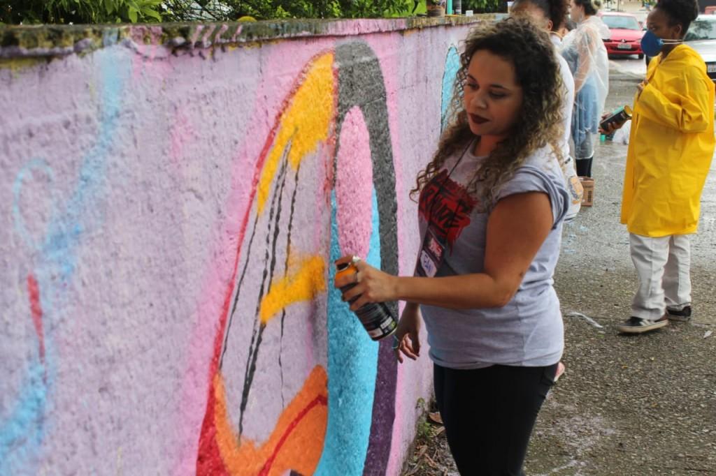 grafiteira fany grafita um muro
