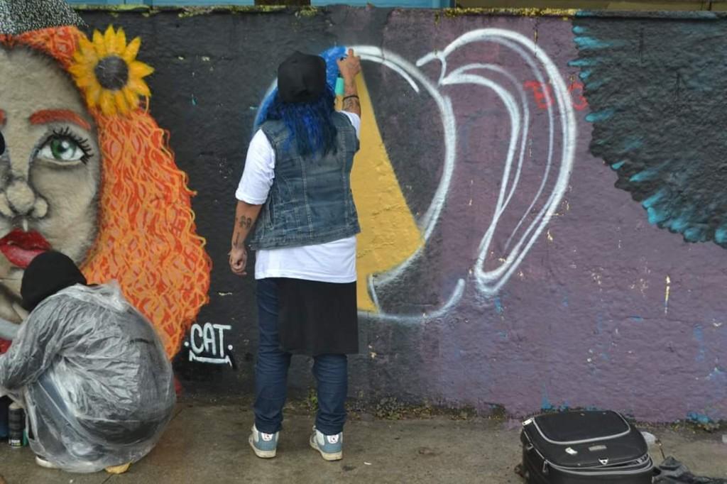fatyma grafitando muro da escola da zona leste
