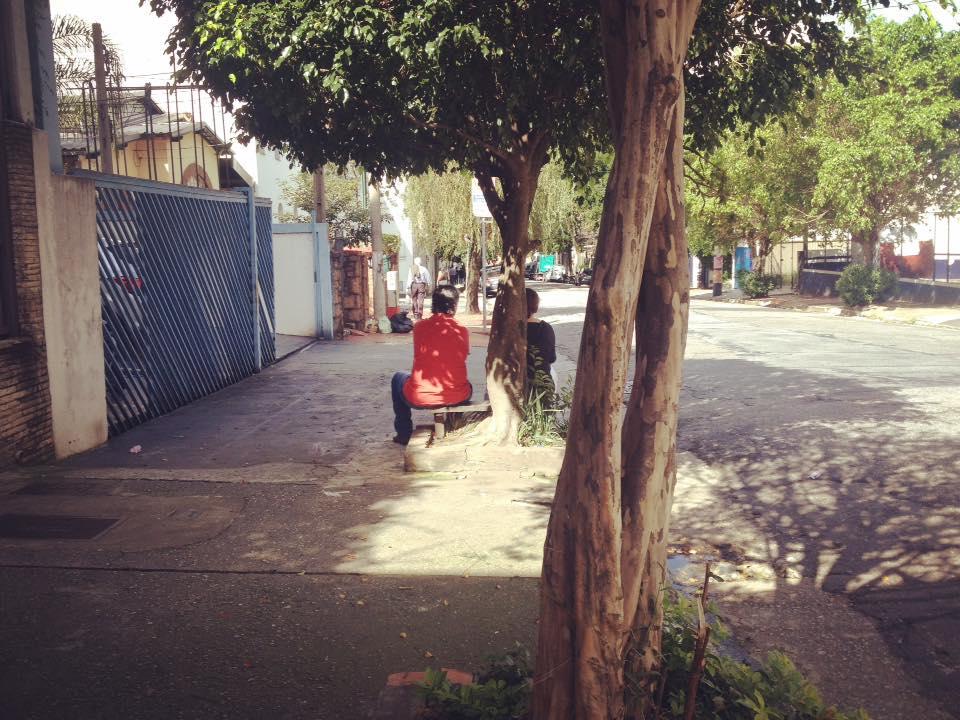 duas pessoas conversando na rua