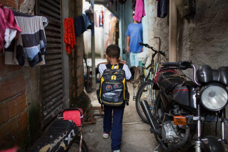 criança caminha pelo bairro do jardim Ângela