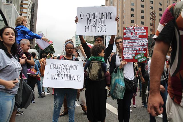 adolescentes se manifestavam para proteção das universidades