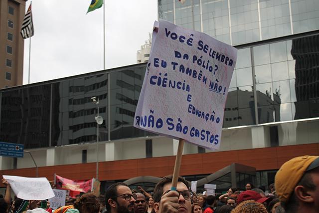 manifestante pela continuidade das bolsas de graduação