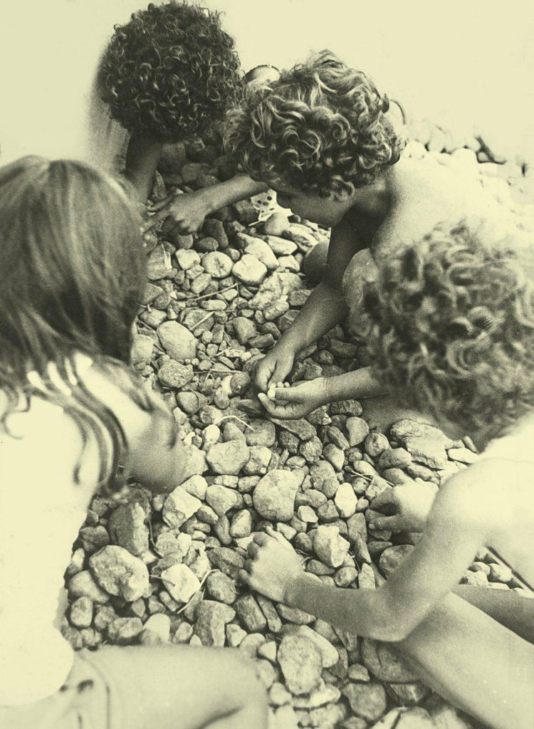 crianças brincando com pedrinhas