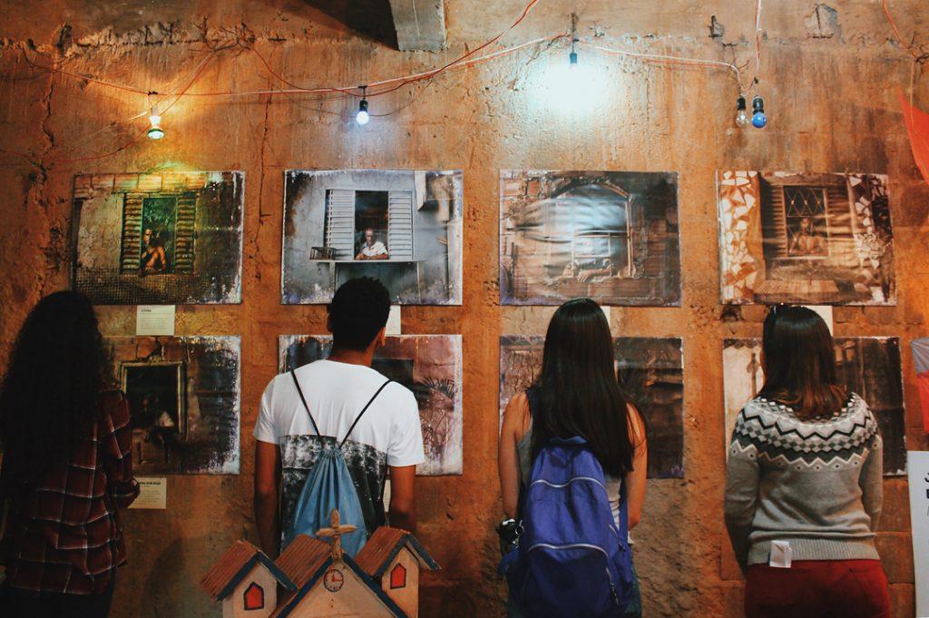 jovens olham exposição no museu social muquifu