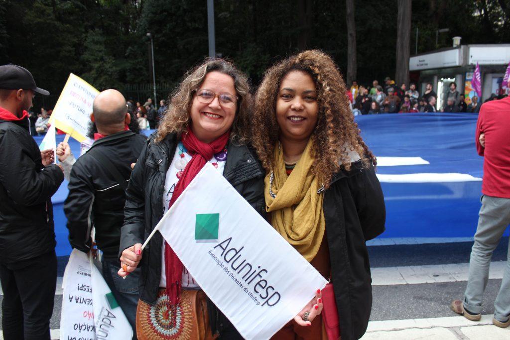 manifestantes docentes na manifestação contra os cortes pela educação