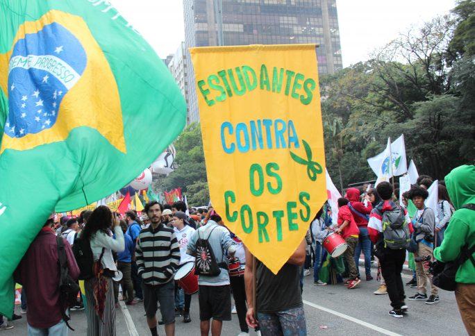 Manifestantes voltam a ocupar 85 cidades contra cortes na educação