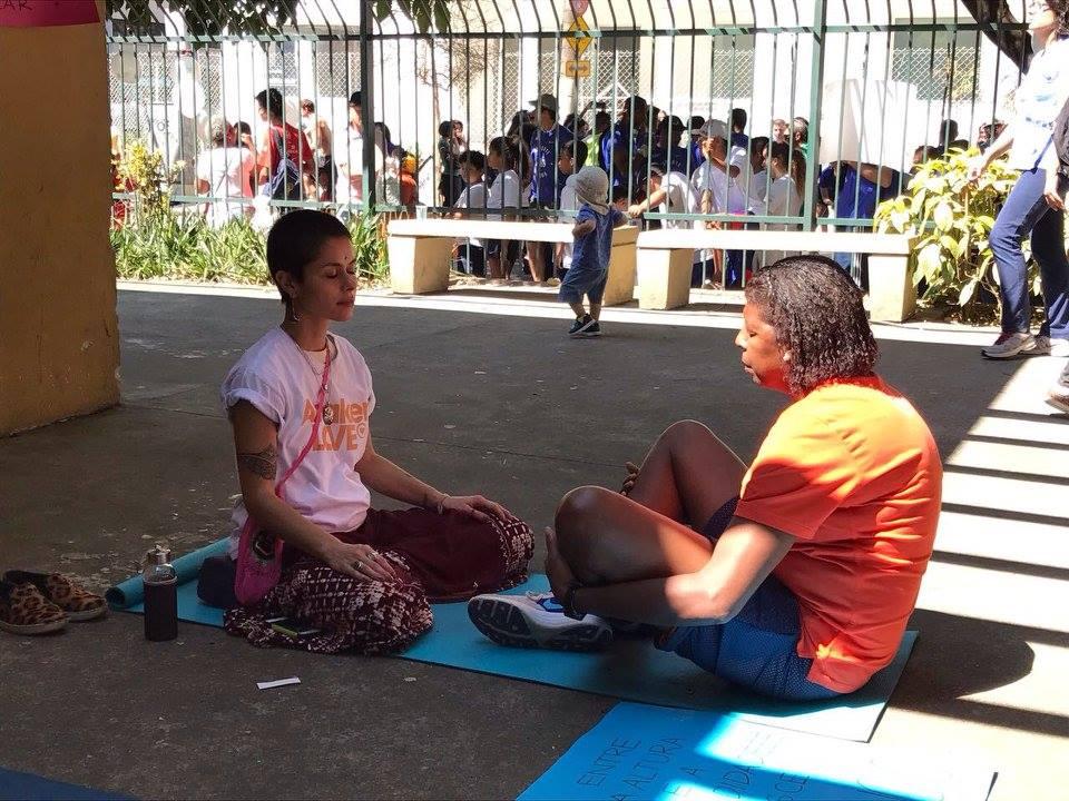 pessoas meditam na rua no concreto