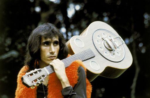 cantor odair josé com uma guitarra nas mãos