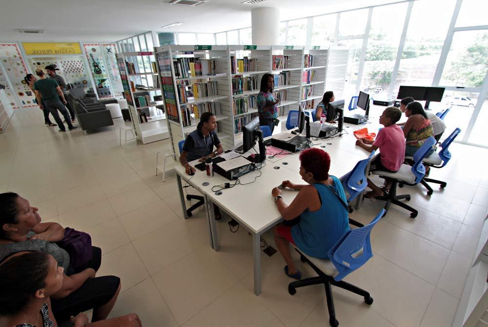 pessoas se reúnem na biblioteca do compaz