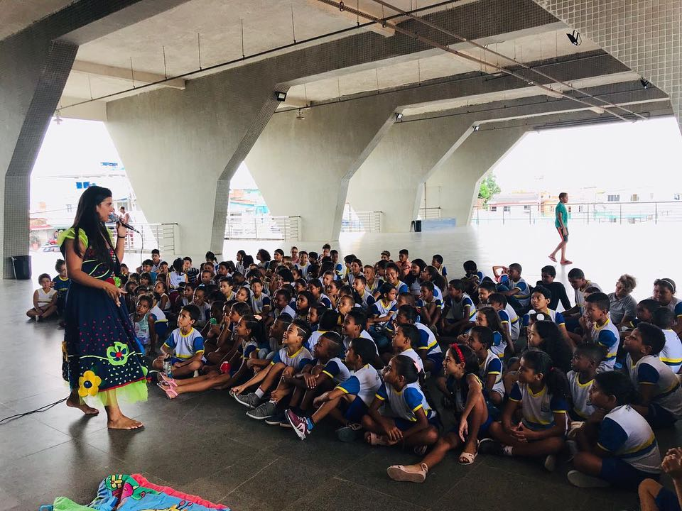 crianças assistem apresentação no compaz