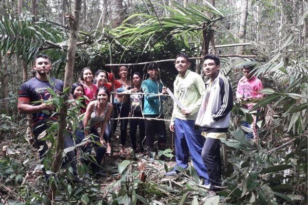 Na Amazônia, estudantes transformam floresta em sala de aula