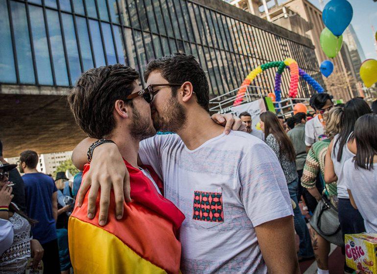 casal se beija na parada gay
