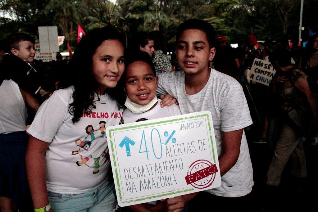 crianças do conselho mirim da cidade na greve global pelo clima