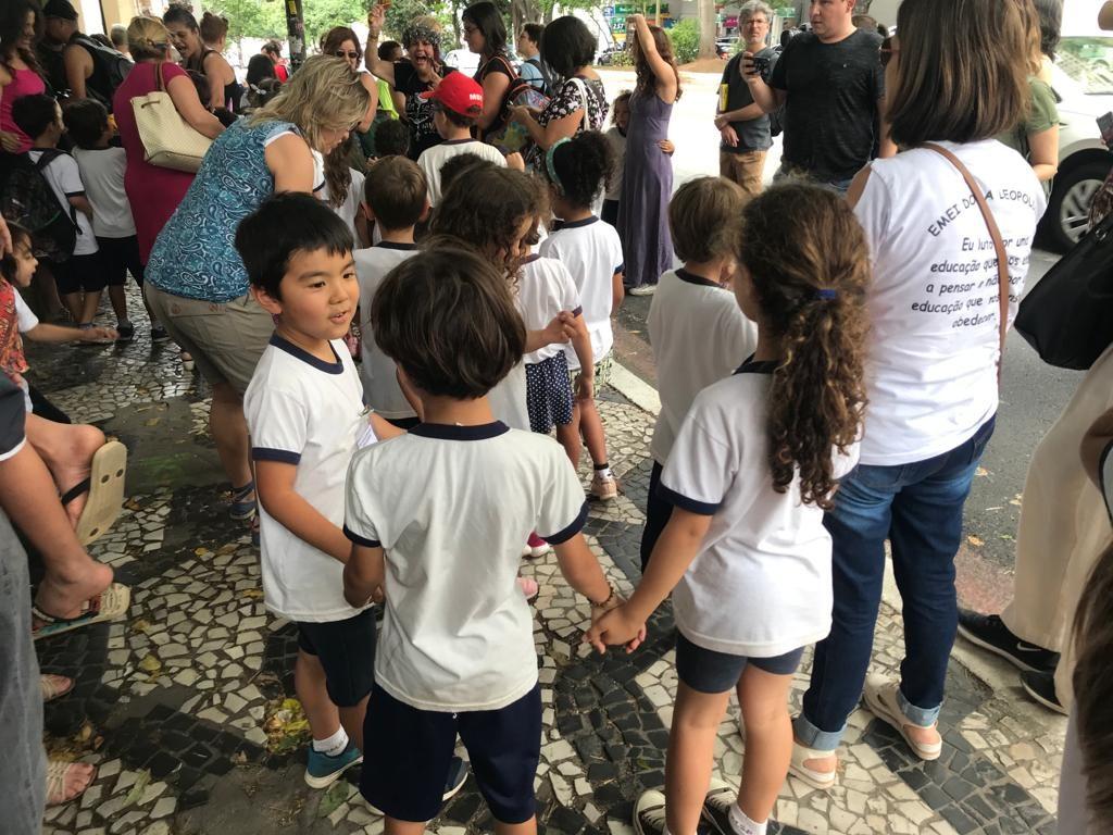 crianças fazem ciranda na manifestação