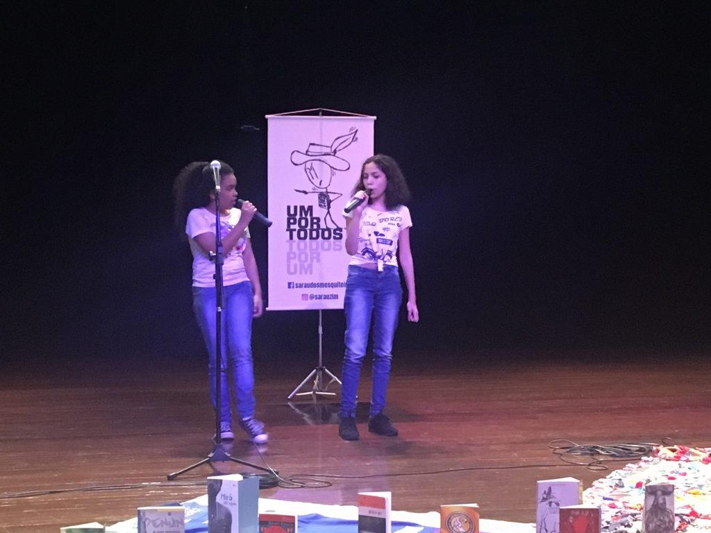 jovens se apresentam no palco