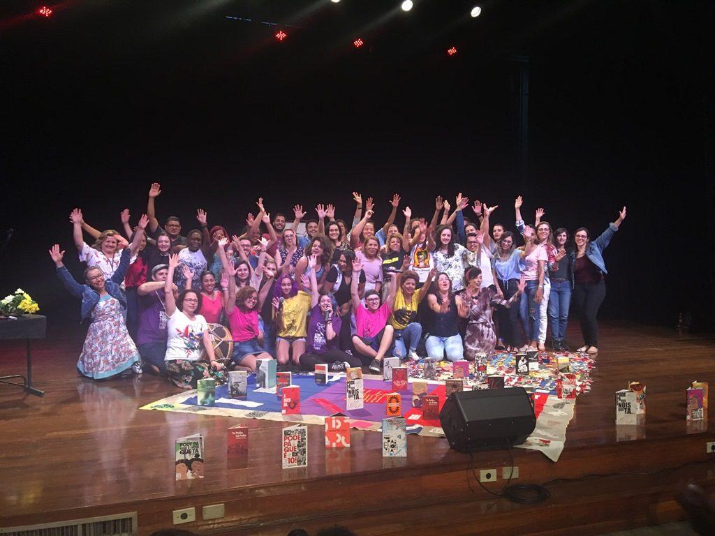 educadores em cima do palco do final da pedagogia dos saraus