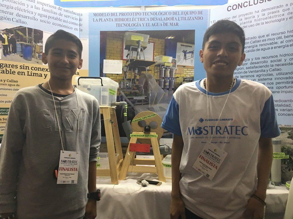 jovens peruanos criam máquina que usa a água do mar para gerar energia elétrica e água potável