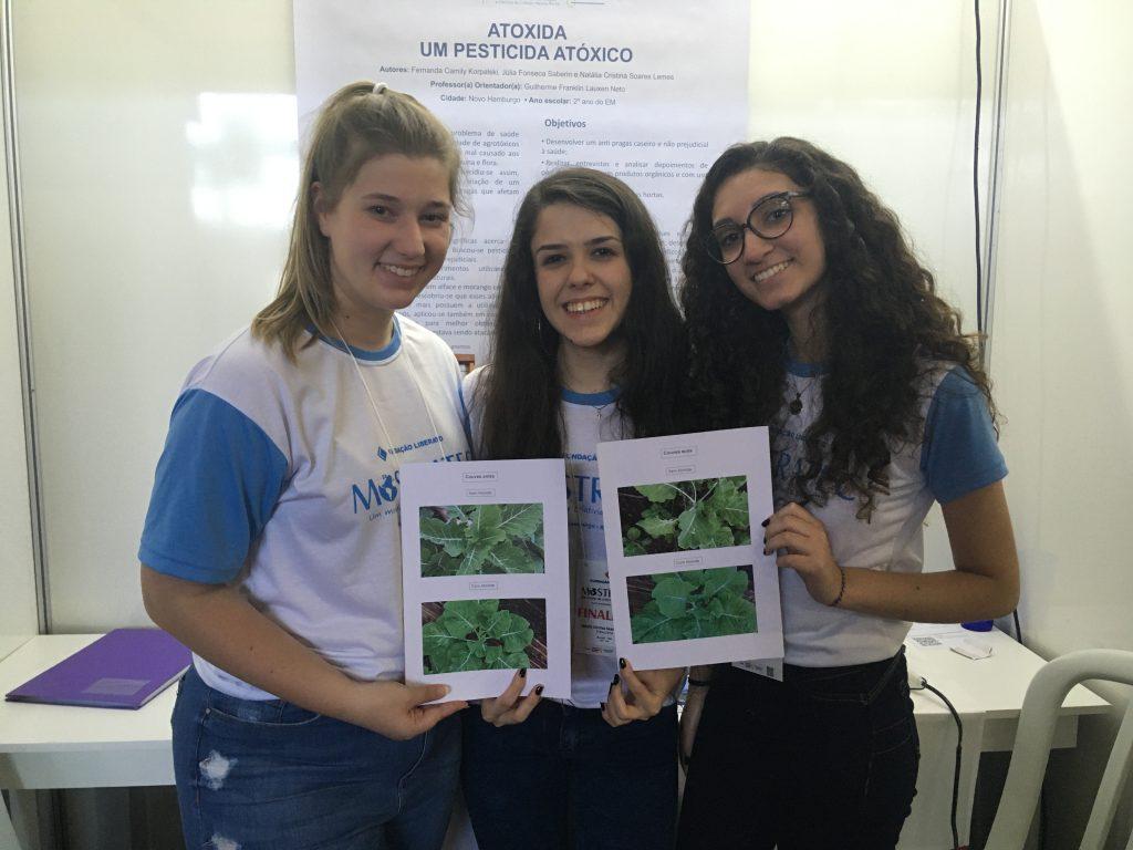 estudantes fazem um pesticidade que não prejudica o meio ambiente