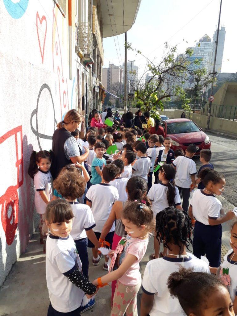 crianças da emei patricia galvão andam pelas ruas