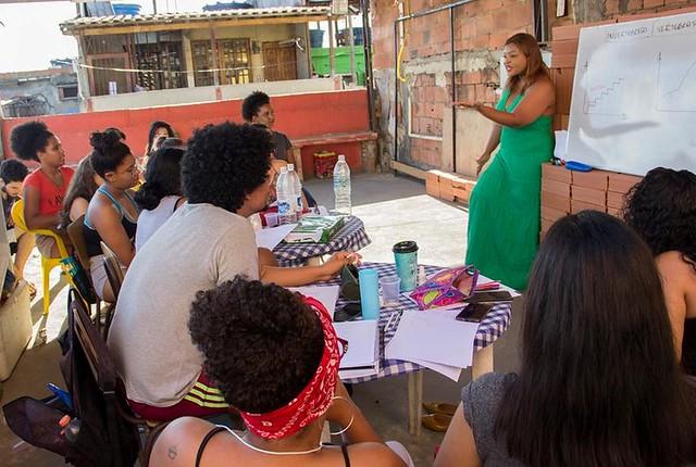 Cursinho na laje: educação popular aproxima estudantes da Maré de universidades no RJ