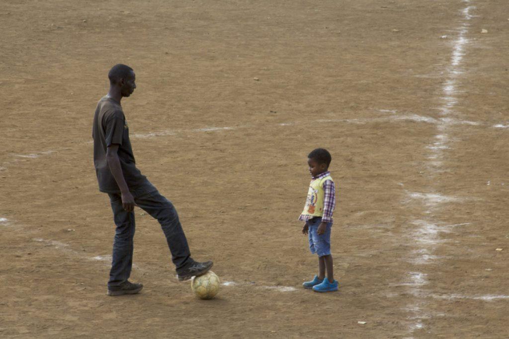 pai e filho no meio da quadra do deza ground