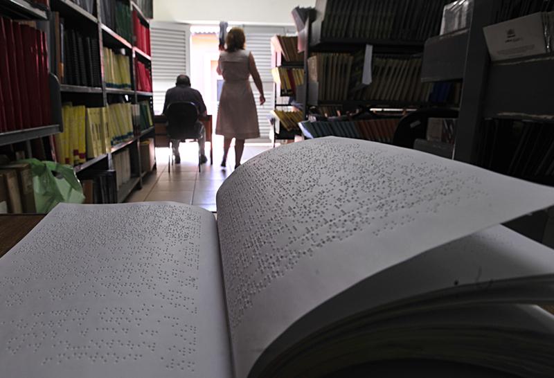 livro em braile dentro de uma biblioteca no brasil