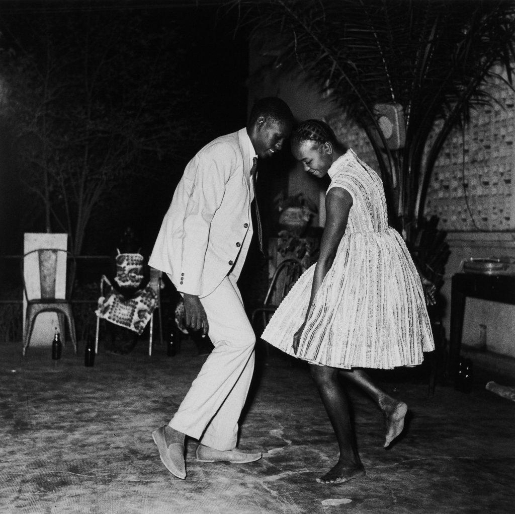 Malick Sidibé foto de casal dançando à noite