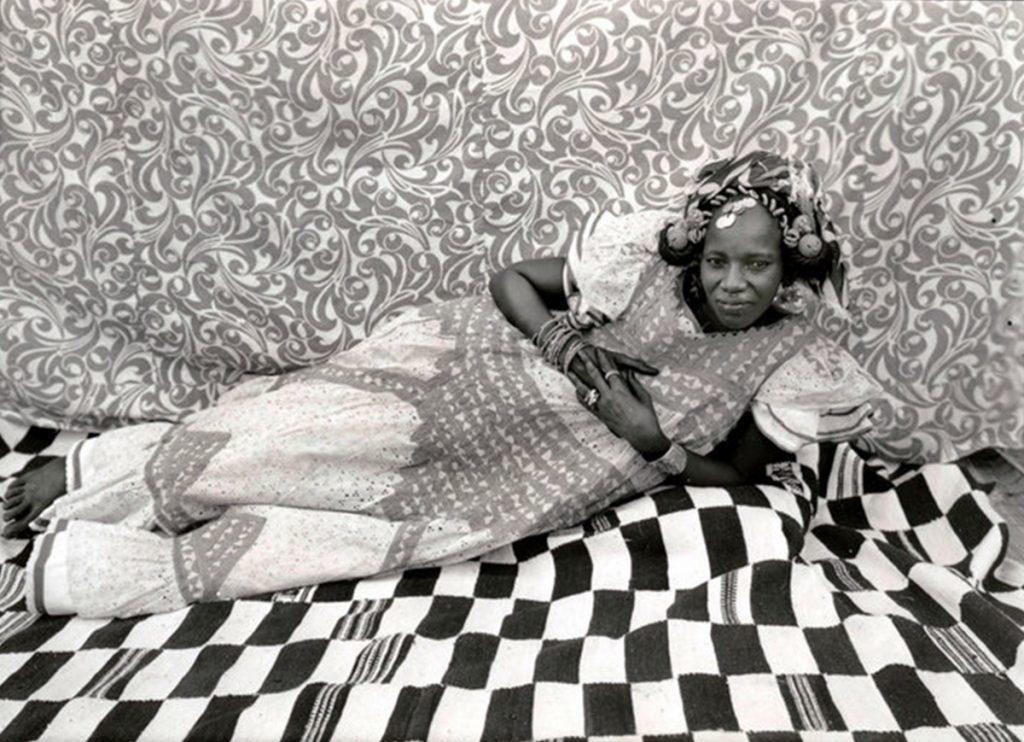 uma das mulheres fotografas em intricados panos do fotógrafo seydou keita