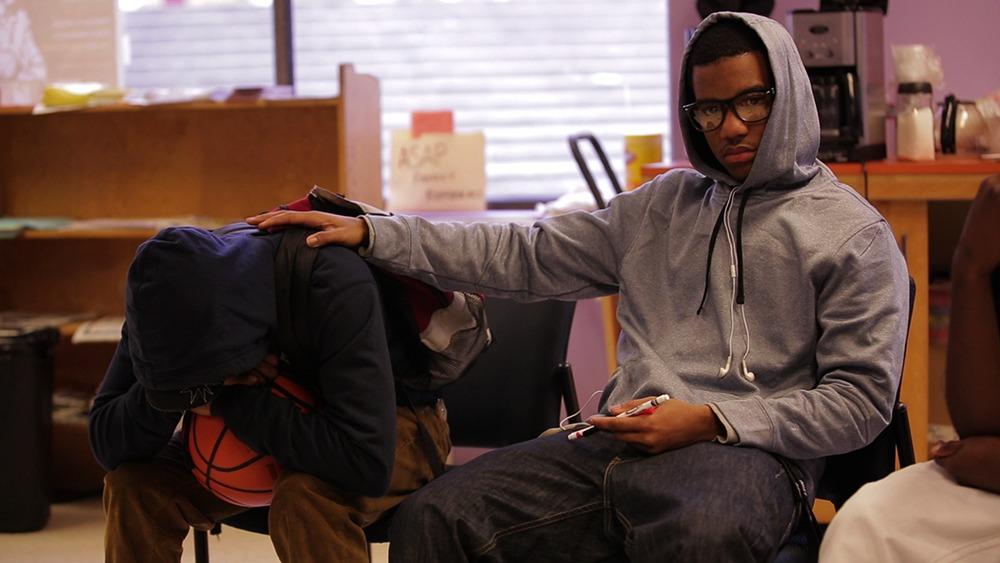 dois jovens em roda de conversa no filme the mask you live ind