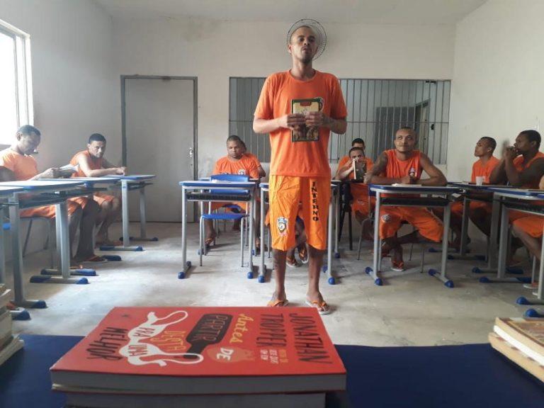 detento lê sua resenha de livro na remição de pena do maranhão