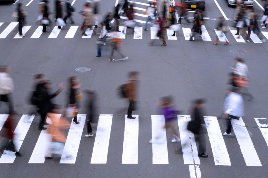 pessoas se movimento em uma faixa de são paulo