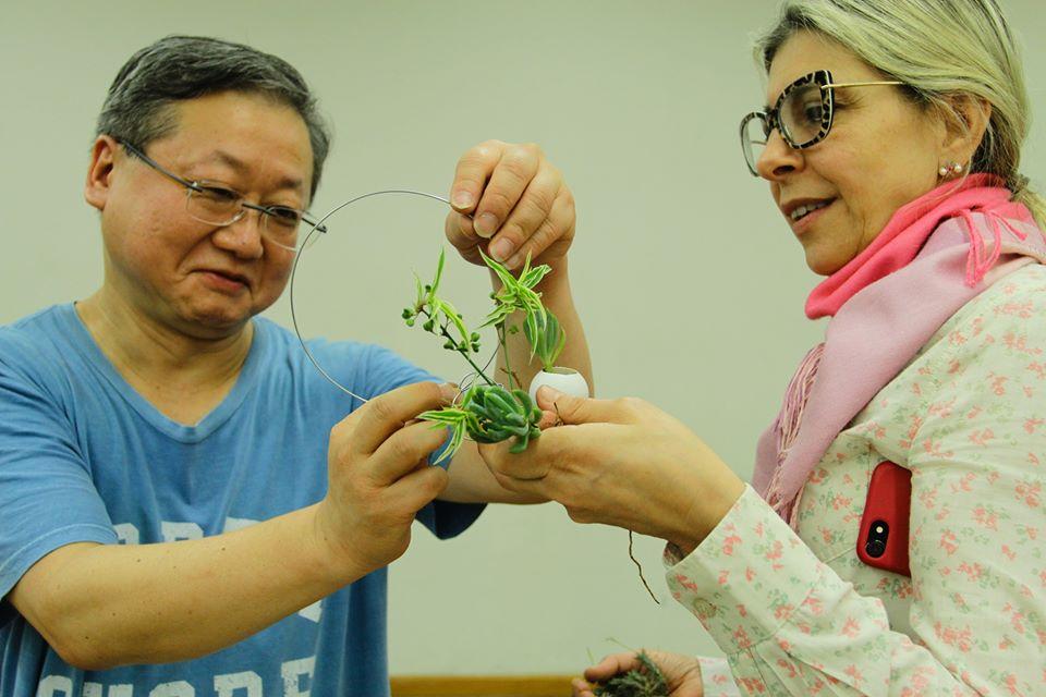 dois participantes do curso de mini jardim