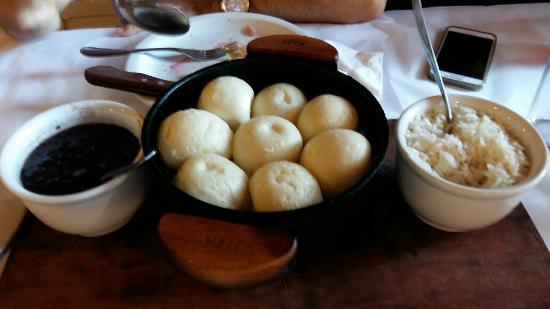 pão de bafo servido com arroz